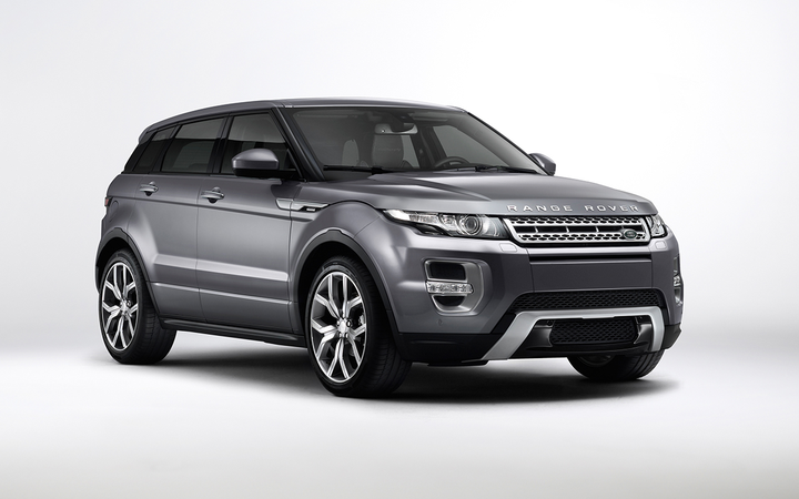 The first-generation Land Rover Evoque bears a striking resemblance to the X7 in size, shape, and stance. 
