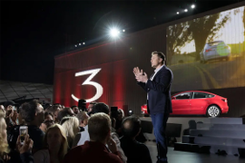 Musk Taunts Dealers as Tesla Shutters Stores
