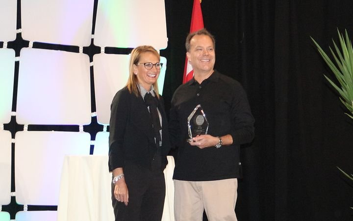 Manheim's Julie Picard presented Joe Rodi with the Cox Automotive Community Impact Award at the 2018 National Remarketing Conference/NAAA Convention. 