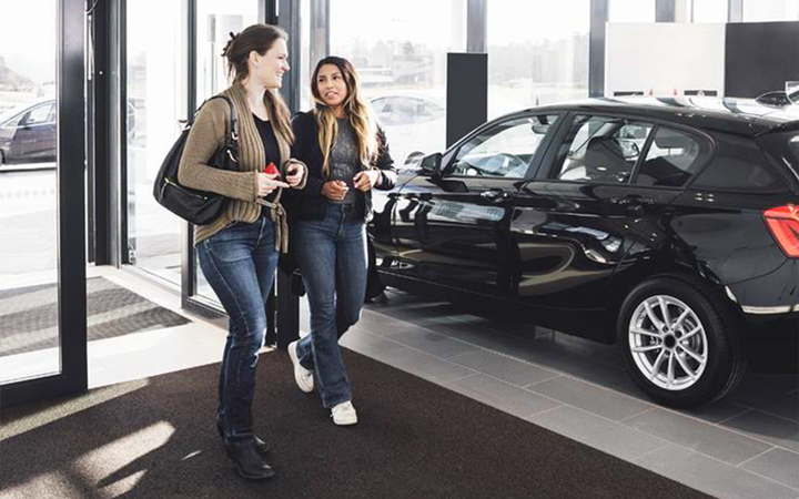 More car buyers armed with high credit scores are defecting from the showroom to the used-car lot as the new-vehicle affordability gap grows, according to the latest figures from Experian. 