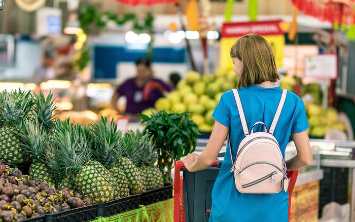 Thirty-one percent of men and 34% of women said grocers provide America's best customer experience. 