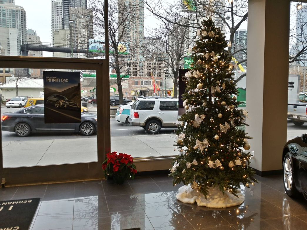 Infiniti of Chicago's customers enjoy a gorgeous Christmas scene.